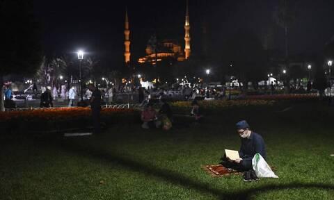 Αγία Σοφία: Πλήθος κόσμου έξω από τον ναό για τη φιέστα Ερντογάν (pics)