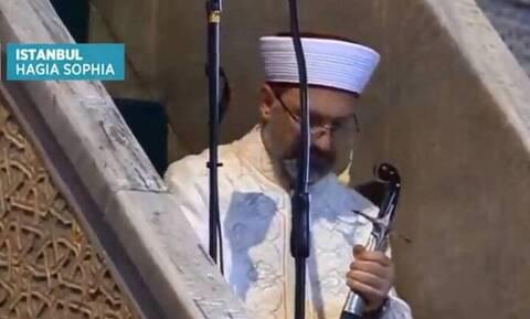 Αγία Σοφιά: Νέα πρόκληση από Τούρκο συγγραφέα για τον ιμάμη με το οθωμανικό ξίφος