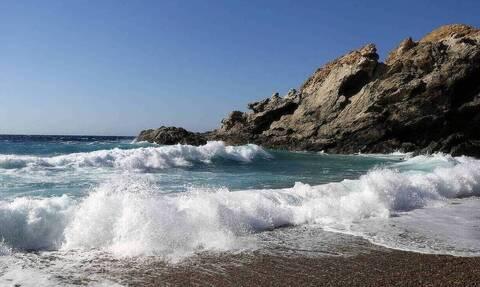Πασίγνωστος Έλληνας ηθοποιός ολόγυμνος στην παραλία (pics)