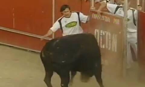 Ο ταύρος τους ορμάει αλλά εκείνοι κάνουν κάτι καταπληκτικό