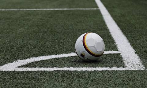 Ποδοσφαιριστής έκανε την ανάγκη του στο γήπεδο – Τον είδαν όλοι live