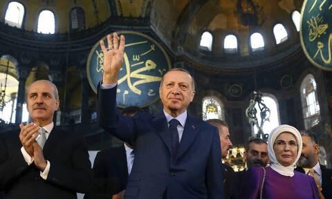 Τι σημαίνει «ραμπιά» και γιατί ο Ερντογάν χαιρετά με τέσσερα δάχτυλα