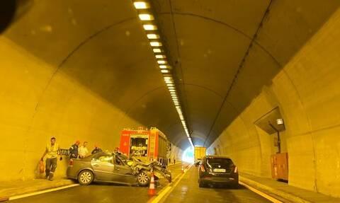 Σοβαρό τροχαίο στην Εγνατία Οδό - Αυτοκίνητο έπεσε με ταχύτητα σε τοίχο του τούνελ (pics)