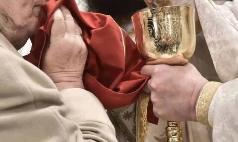 Ασύλληπτο: Ιερέας χτύπησε ηλικιωμένη επειδή τάιζε γατιά έξω από την εκκλησία