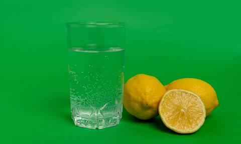 Νερό με λεμόνι: Οι πιθανές παρενέργειες (εικόνες)