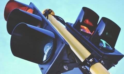 Τρίκαλα: Χαμός στη μέση του δρόμου - Τον έδειρε και τον ψέκασε
