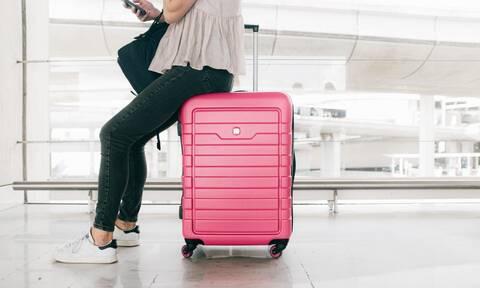 Πώς θα χωρέσετε ρούχα τεσσάρων ατόμων μέσα σε μια βαλίτσα (vid)