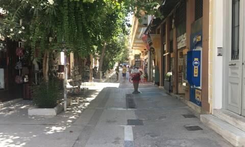 Κορονοϊός: Αγνώριστη η Πλάκα - Άδεια μαγαζιά και εστιατόρια (pics)
