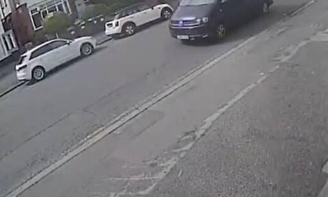 Σοκαριστικό βίντεο: Αυτοκίνητο παρέσυρε και σήκωσε στον αέρα κοριτσάκι