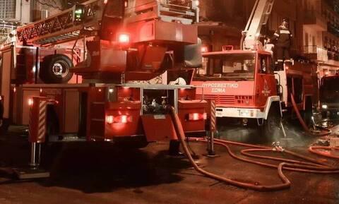Αυτοκίνητο τυλίχθηκε στις φλόγες στην εθνική οδό Αθηνών - Λαμίας