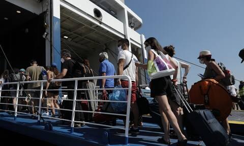 Ουρές χιλιομέτρων στο λιμάνι του Πειραιά - Αναχωρούν οι αδειούχοι του Αυγούστου με αυξημένα μέτρα
