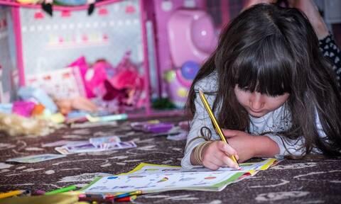 Δείτε πώς θα φτιάξει το παιδί σας χάρτινα ψαράκια σε ένα λεπτό