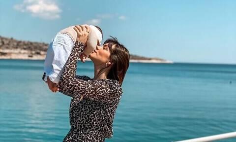 4 μήνες μετά τη γέννα ποζάρει με μαγιό και το κορμί της μας αφήνει άφωνες