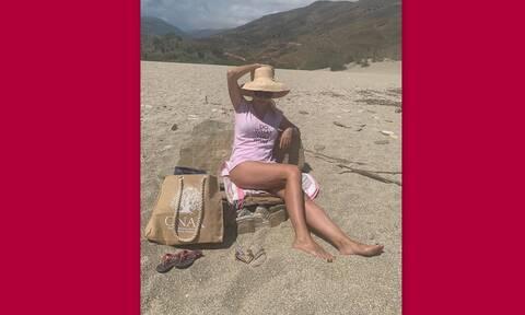 Μενεγάκη: Θα κολλήσεις με τη νέα της φώτο με φούξια μπικίνι!