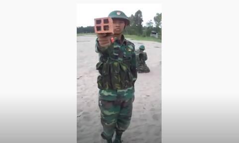 Βιετναμέζοι στρατιώτες κρατούν τούβλο στο χέρι - Δείτε γιατί