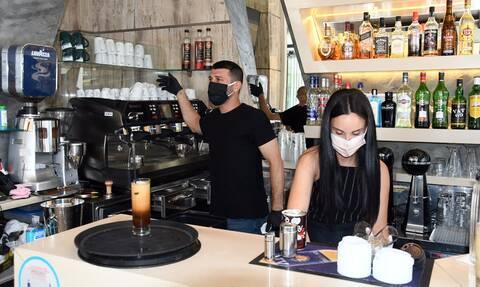 Κορονοϊός: Τι αλλάζει σε καφέ, μπαρ, εστιατόρια - Νέα μέτρα για γάμους, βαφτίσεις
