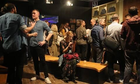 Κορονοϊός: Σκέψεις για πλαφόν στο ωράριο των κλαμπ - Τι ώρα ενδέχεται να κλείνουν
