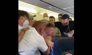 Τρελό ξύλο σε αεροπλάνο γιατί επιβάτης δεν φορούσε μάσκα (vid)