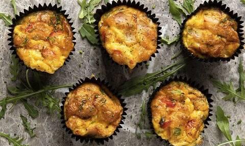 Άκης Πετρετζίκης: Λαχταριστά muffins ομελέτας