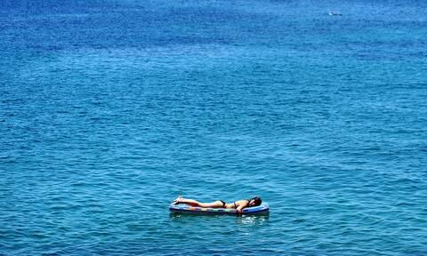 Νάξος: Περιπέτεια για κορίτσι που παρασύρθηκε με φουσκωτό στρώμα θαλάσσης