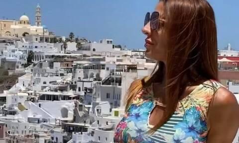 Σάλος στη Σαντορίνη – Τουρίστρια έβγαλε τα ρούχα της μπροστά στον κόσμο στα Φηρά (pics)