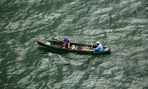 Βγήκαν να ψαρέψουν αλλά δεν πίστευαν αυτό το πλάσμα που είδαν στο νερό (vid)