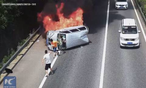 Δείτε μία δραματική διάσωση επιβατών ενός φλεγόμενου βαν