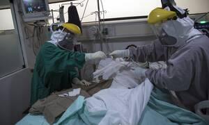 Κορονοϊός: «Βλέπουμε να συμβαίνουν τρελά πράγματα στον οργανισμό του ασθενούς»