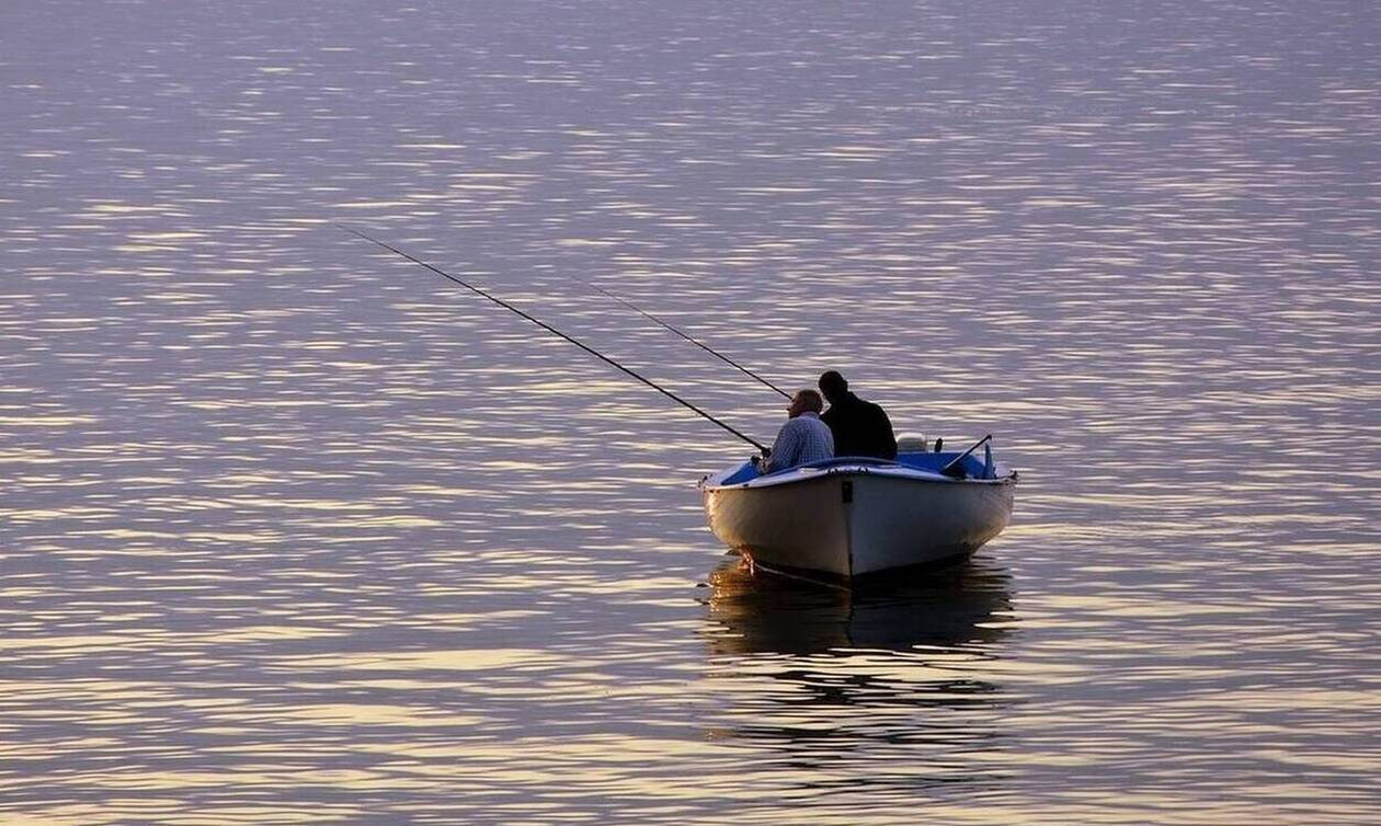 Ψάρευαν στο ποτάμι - Τρόμος με αυτό που πετάχτηκε ξαφνικά μπροστά τους (pics)