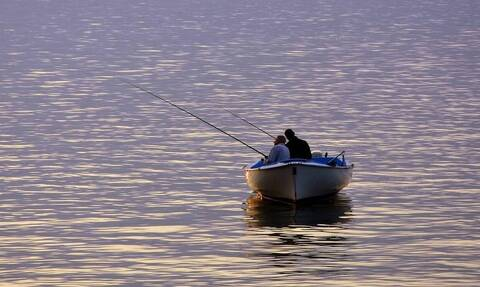 Ψάρευαν στο ποτάμι - «Πάγωσαν» με αυτό που πετάχτηκε ξαφνικά (pics)