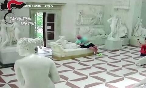 Ξάπλωσε για φωτογραφία με άγαλμα 200 ετών και το έσπασε! (vid)