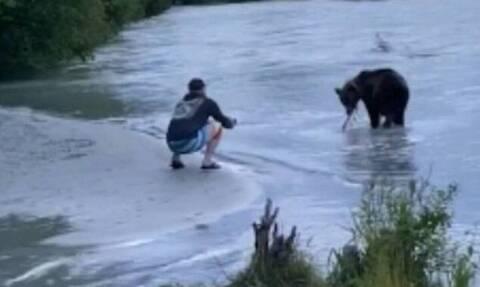 Πήγε να τραβήξει το ψάρι που έπιασε αλλά εμφανίστηκε αρκούδα (pics+vid)