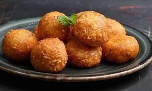 Πανεύκολη συνταγή για τυροκροκέτες με 2 υλικά από τον Άκη Πετρετζίκη