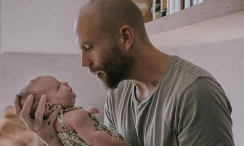 Φανταστικές φωτογραφίες με μωρά που χαμογελούν στους γονείς τους