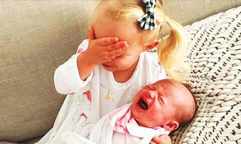 Παιδιά συναντούν τα νεογέννητα αδερφάκια τους και χαρίζουν άφθονο γέλιο