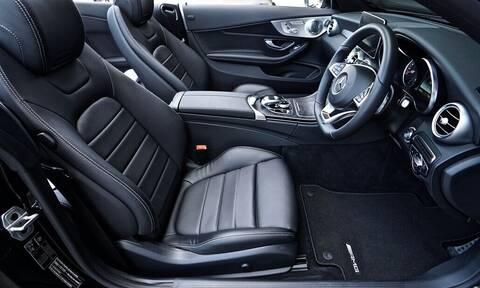 Πώς να καθαρίσεις εύκολα την ταπετσαρία του αυτοκινήτου σου