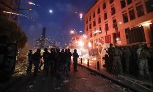«Φλέγεται» η Βηρυτός: Νεκρός αστυνομικός στις διαδηλώσεις - Πρότεινε πρόωρες εκλογές ο πρωθυπουργός