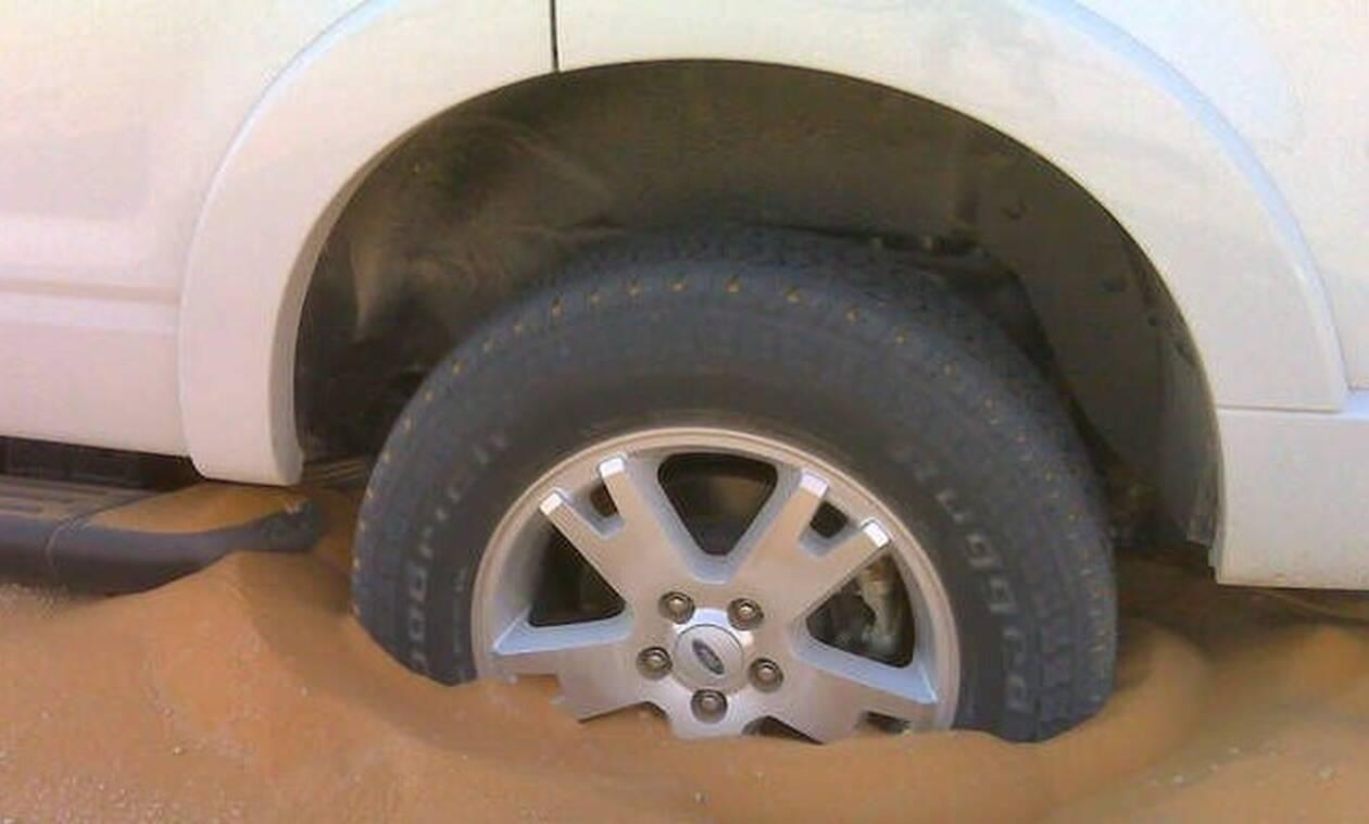 Δείτε τι κάνουν οι Αραβες για να ξεκολλάνε τα αυτοκίνητα στην άμμο