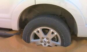 Δείτε τι κάνουν οι Άραβες για να ξεκολλάνε τα αυτοκίνητα στην άμμο