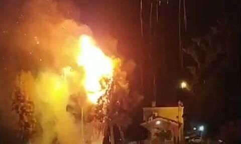 Πλημμύρες Εύβοια: Η στιγμή που κεραυνός χτυπά δέντρο στη Χαλκίδα (video)