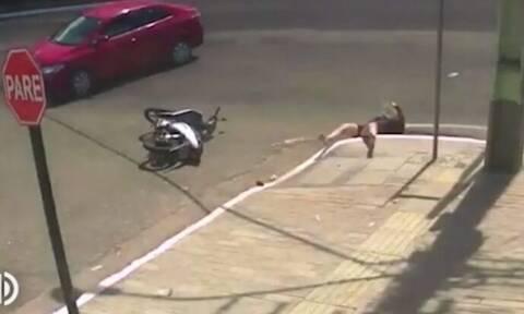 Απίστευτο τροχαίο: Οδηγός μηχανής μετά από τροχαίο πέφτει σε υπόνομο