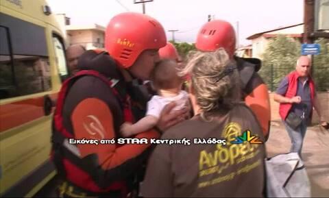 Πλημμύρες Εύβοια: Ο ήρωας πυροσβέστης που συγκίνησε, παίζει μπάλα στο τοπικό (pics+vid)