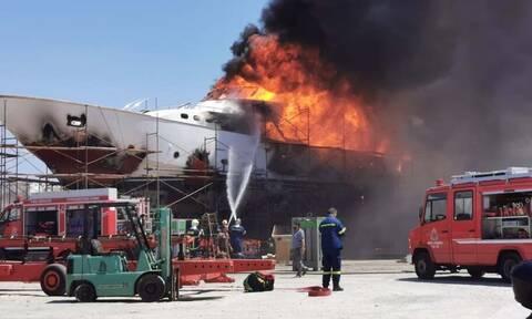 Έκρηξη σε ναυπηγείο στη Σύρο: Θαλαμηγός έγινε «στάχτη» (pics+vid)