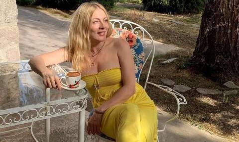 Η Καρύδη έγινε 51 ετών και ποζάρει χωρίς φίλτρα και μακιγιάζ στην παραλία