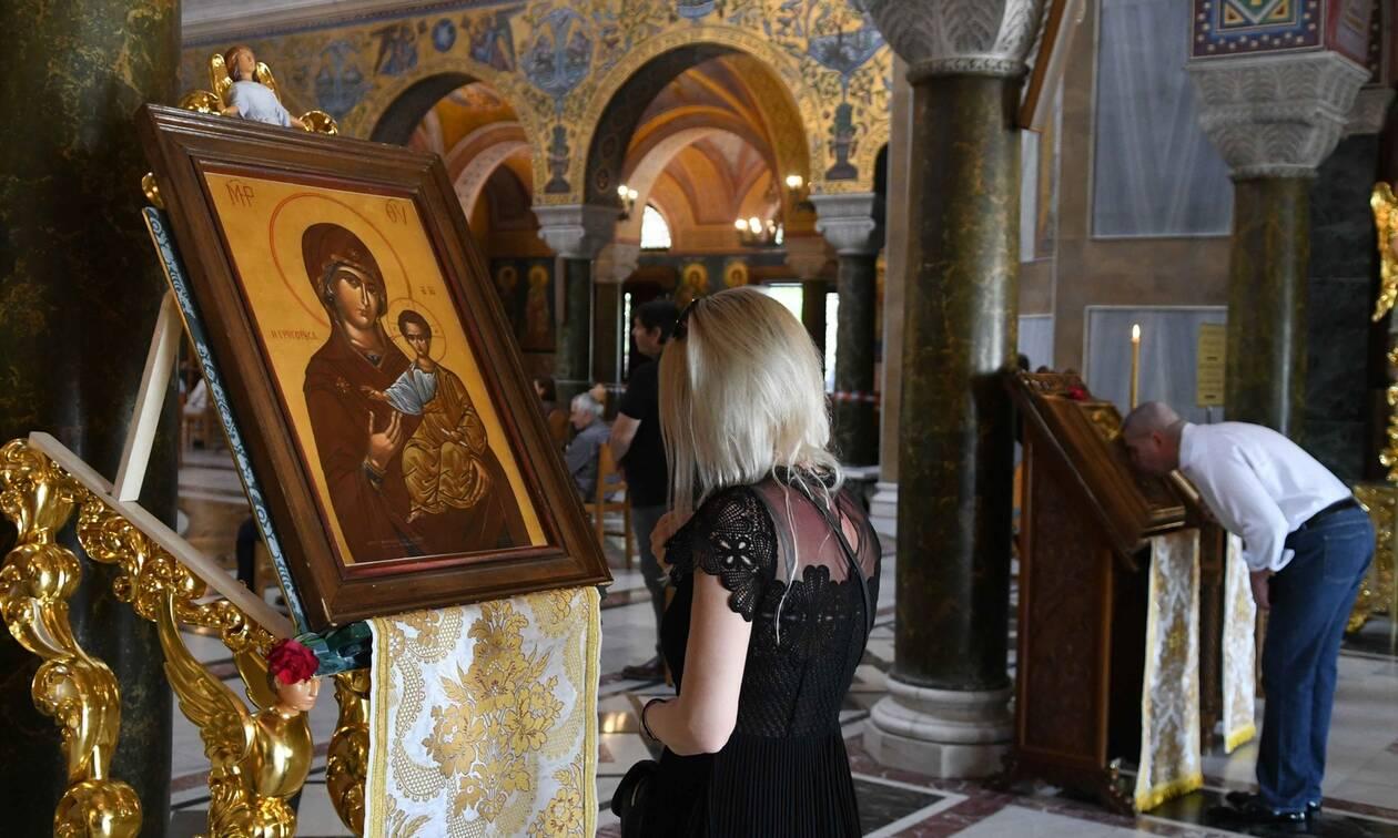 Χαμός σε εκκλησία στη Φθιώτιδα: Πιστή χωρίς μάσκα επιτέθηκε σε αστυνομικούς