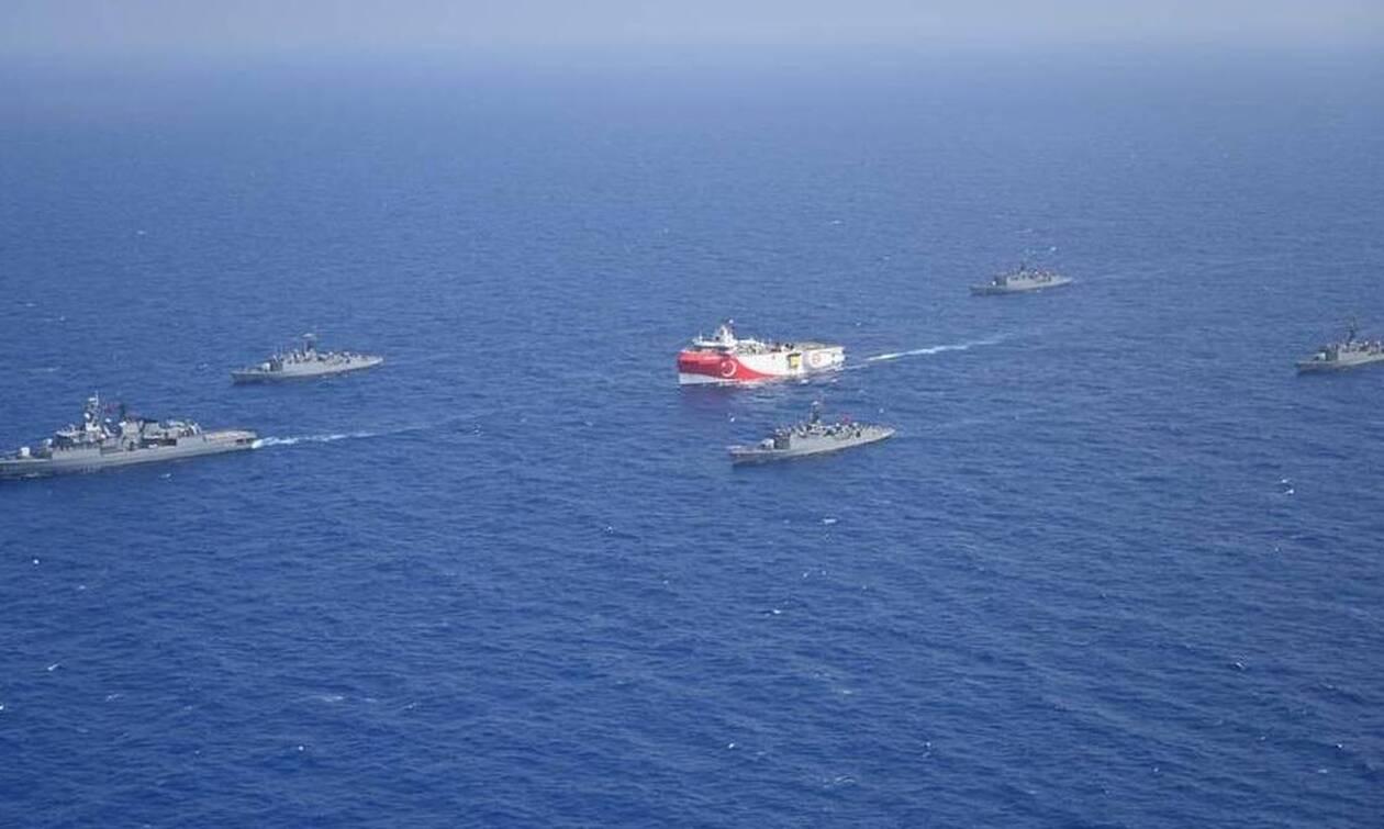Ελληνοτουρκικά: Δείτε το Oruc Reis στο Αιγαίο «περικυκλωμένο» από τουρκικά πολεμικά πλοία