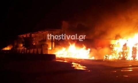 Θεσσαλονίκη: Πανικός από πυρκαγιά - Κινδύνευσαν 4 άτομα (vid)