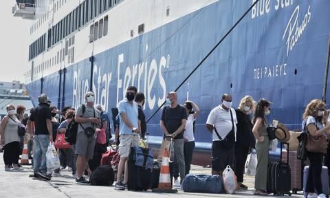 Αναχωρούν οι αδειούχοι του Δεκαπενταύγουστου: Ουρές στο λιμάνι του Πειραιά