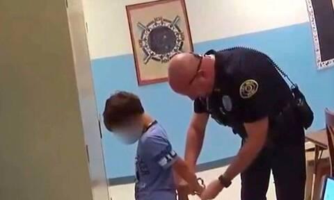 Αστυνομικοί πέρασαν χειροπέδες σε 8χρονο παιδί γιατί χτύπησε τη δασκάλα (vid)