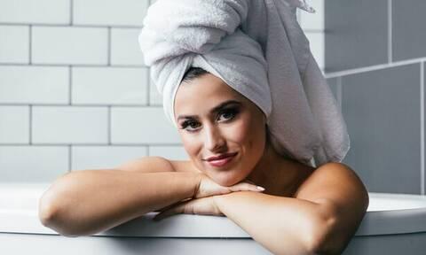 Γιατί απαγορεύεται να ξεπλένεις τα μαλλιά σου με καυτό νερό;